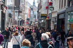 30 Amsterdam-APRIL: Kalverstraat het winkelen de straat, mensen gaat winkelend op 30,2015 April Stock Foto's