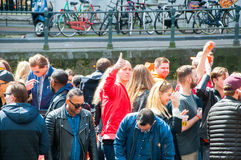 AMSTERDAM-APRIL 27: Konungs dagrodd till och med kanaler på April 27, 2015 i Amsterdam, Nederländerna royaltyfria bilder