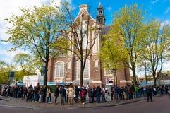 AMSTERDAM 30. APRIL: Leute stehen in einer Reihe zur Anne Frank House Museum 30,2015 im April Stockbilder