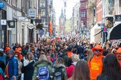 27 Amsterdam-APRIL: Menigte van mensen op de straat van Amsterdam tijdens de Dag van de Koning op 27,2015 April in Amsterdam, Ned Stock Afbeelding