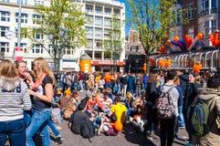 27 Amsterdam-APRIL: Menigte van mensen op de straat van Amsterdam tijdens de Dag van de Koning op 27,2015 April in Amsterdam, Ned Royalty-vrije Stock Foto