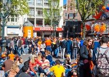 27 Amsterdam-APRIL: Menigte van mensen op Leidseplein tijdens de Dag van de Koning op 27,2015 April in Amsterdam, Nederland Royalty-vrije Stock Afbeelding