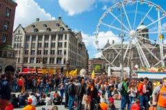 27 Amsterdam-APRIL: Menigte van mensen in sinaasappel op Damvierkant tijdens de Dag van de Koning op 27 April, 2015 in Amsterdam, Royalty-vrije Stock Foto