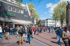 27 Amsterdam-APRIL: Menigte van mensen tijdens de Dag van de Koning op de straat van Amsterdam op 27,2015 April Royalty-vrije Stock Foto's