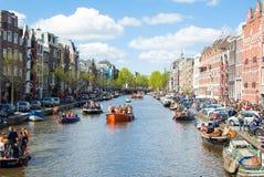 27 Amsterdam-APRIL: Mening van het kanaalhoogtepunt van Amsterdam Singel van boten tijdens de Dag van de Koning op 27,2015 April Royalty-vrije Stock Fotografie
