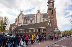 30 Amsterdam-APRIL: Mensen en toeristentribune in een rij aan Anne Frank House Museum op 30,2015 April Royalty-vrije Stock Foto's
