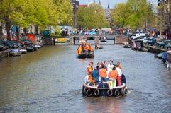 27 Amsterdam-APRIL: Mensen op Partijboot met onbeperkte bier, soda en wijn aan boord op de Dag van de Koning op 27,2015 April Royalty-vrije Stock Fotografie