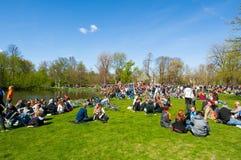 27 Amsterdam-APRIL: Mensen in Vondelpark tijdens de Dag van de Koning op 27,2015 April Royalty-vrije Stock Afbeelding