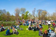 27 Amsterdam-APRIL: Mensen in Vondelpark tijdens de Dag van de Koning op 27,2015 April, Nederland Royalty-vrije Stock Foto