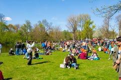 27 Amsterdam-APRIL: Mensen in Vondelpark tijdens de Dag van de Koning op 27,2015 April, Nederland Royalty-vrije Stock Foto's