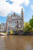 Amsterdam-April 30: Mysigt hus på den Singelgrachtkering kanalen på April 30,2015, Nederländerna Royaltyfri Foto