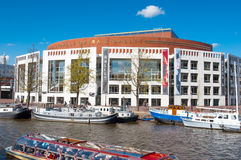 30 Amsterdam-april: Nederlands Nationaal Opera & Ballet met boten langs bankon 30,2015 April Royalty-vrije Stock Afbeeldingen