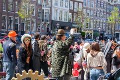 27 Amsterdam-APRIL: Niet geïdentificeerde mensen bij de openluchtpartij tijdens de Dag van de Koning op het Singel-kanaal op 27,2 Stock Afbeeldingen