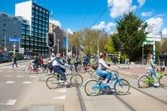 30 Amsterdam-APRIL: Niet gedefiniëerde mensencyclus op de straat van Amsterdam op 30,2015 April, Nederland Royalty-vrije Stock Afbeeldingen