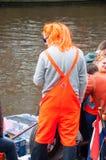 27 Amsterdam-APRIL: Niet gedefiniëerde persoon in traditionele sinaasappel op een boot tijdens de Dag van de Koning op 27,2015 Ap Stock Fotografie