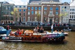AMSTERDAM - APRIL 27: Openluchtpartij door de kanalen van Amsterdam tijdens de Dag van de Koning op 27,2015 April En gemaakt tot  Stock Afbeelding