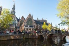 27 Amsterdam-APRIL: Oude Kerk zoals die van het kanaal in rood lichtdistrict tijdens de Dag van de Koning op 27,2015 wordt gezien Stock Foto