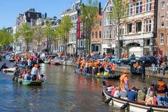 27 Amsterdam-APRIL: Partijboot met menigte van mensen langs het kanaal op de Dag van de Koning op 27,2015 April, Nederland Royalty-vrije Stock Afbeelding