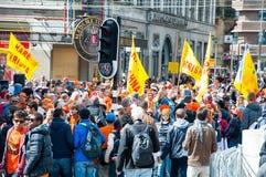 27 Amsterdam-APRIL: Plaatselijke bewoners en toeristen in sinaasappel op de straat op de Dag van de Koning op 27,2015 April in Am Stock Afbeeldingen
