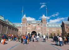 27 Amsterdam-APRIL: Rijksmuseum op de Dagmensen van de Koning loopt aan een openbare ruimte (Museumplein) op 27 April, 2015 Stock Afbeelding
