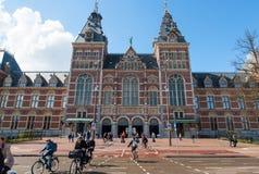 AMSTERDAM-APRIL 30: Rijksmuseum, tłum ludzie jedzie bicykle na Kwietniu 30, 2015 Zdjęcie Royalty Free