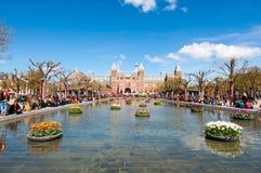 27 Amsterdam-APRIL: Rijksmuseum van Museumplein tijdens de Dag van de Koning op 27 April, 2015 Royalty-vrije Stock Foto's