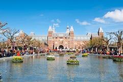 27 Amsterdam-APRIL: Rijksmuseum zoals die van Museumplein tijdens de Dag van de Koning op 27 April, 2015, Nederland wordt gezien Royalty-vrije Stock Foto's