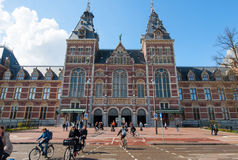 AMSTERDAM-APRIL 30: Rijksmuseumen, folkmassa av folk rider cyklar på April 30, 2015 Royaltyfri Foto