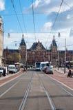 30 Amsterdam-APRIL: Rokinstraat met de Centrale Post van Amsterdam op de achtergrond op 30,2015 April in Amsterdam, Nederland Royalty-vrije Stock Afbeelding