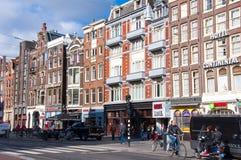 30 Amsterdam-APRIL: Rokinstraat met rij van winkels en restaurants op 30,2015 April, Nederland Stock Afbeeldingen