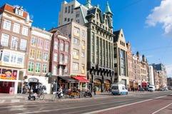 30 Amsterdam-APRIL: Rokinstraat met rij van winkels, restaurants in de zonnige ochtend op 30,2015 April in Amsterdam Royalty-vrije Stock Afbeeldingen