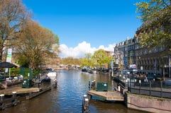AMSTERDAM 30. APRIL: Singelgrachtkering-Kanal mit Bootsstation auf der linken Seite 30,2015 im April, die Niederlande Lizenzfreie Stockfotos