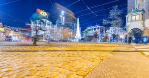 AMSTERDAM - 29. APRIL 2013: Touristen auf Hauptplatz nachts Th Lizenzfreies Stockbild