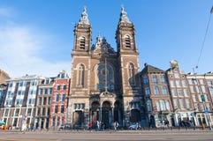 27 Amsterdam-APRIL: Voorgevel van de Basiliek van Sinterklaas in het district van het stadscentrum van Amsterdam op 27,2015 April Stock Foto's