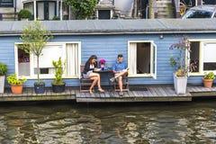 Amsterdam architektura od łodzi fotografia stock
