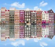 Amsterdam arkitektur och Damrak kanal, Nederländerna arkivfoto
