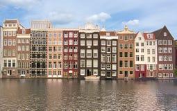 Amsterdam arkitektur och Damrak kanal, Nederländerna fotografering för bildbyråer