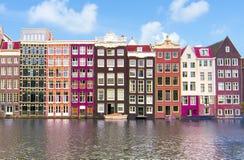 Amsterdam arkitektur och Damrak kanal, Nederländerna arkivbilder