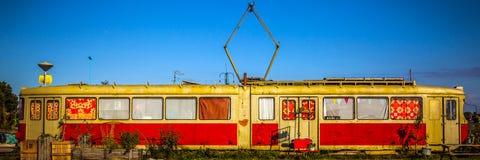 AMSTERDAM - 15. AUGUST: Alte lebende Tram auf NDSM-werf - Stadt-geförderte Kunstgemeinschaft nannte Kinetisch Noord Stockfoto