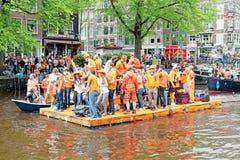 AMSTERDAM - 26 AVRIL : Canaux d'Amsterdam complètement des personnes à Oran Images stock