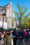 AMSTERDAM 30 AVRIL : Les touristes se tiennent dans une file d'attente pour des billets à Anne Frank House Museum en avril 30,201 Photos stock