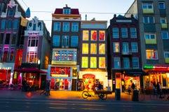 AMSTERDAM 27 AVRIL : Rue de Rokin au cours de la nuit en avril 27,2015 à Amsterdam Photos stock