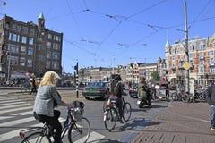 Amsterdam Bikes las vespas y los coches Fotos de archivo libres de regalías