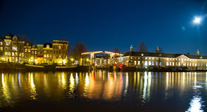 Amsterdam-Brücke bis zum Nacht Stockbilder