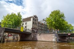 Amsterdam broar på kanaler Royaltyfri Bild