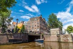 Amsterdam broar på kanaler Arkivbild