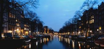 Amsterdam budynki przy nocą i kanał Obrazy Stock
