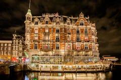 Amsterdam byggnad på natten Arkivbild