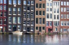 Amsterdam byggnader på kanalen Royaltyfri Foto