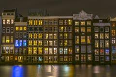 Amsterdam byggnader på natten royaltyfri bild